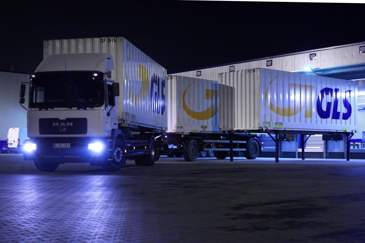 Nächtlicher Paketumschlag bei GLS - Abfahrt des LKW zum Zustelldepot